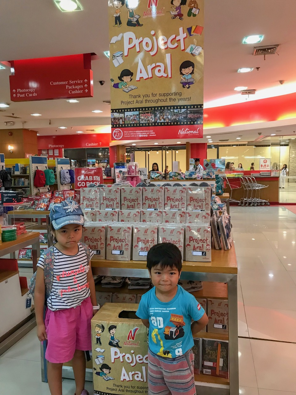 National BookstoreのProject Aral。30ペソでノート文具セットを購入し、子供たちの寄付ポストへ。